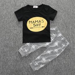 Pantalon negro estampado online-Bebé MAMAS BOY set estampado de oro flecha manga corta camiseta negra tops + pants 2pcs traje de verano niños ropa de algodón conjunto ropa de niño