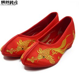 2019 старая китайская обувь Old Beijing Cloth Dragon Phoenix Embroidered Flats Red Cloth Shoes Increased Heel Chinese Wedding Retro Bride Shoes Woman скидка старая китайская обувь