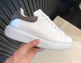 2019 scarpe alla moda per gli uomini Stilista Casual Scarpe Donna Uomo Uomo Daily Lifestyle Scarpe da skateboard Piattaforma Trendy di lusso Scarpe da ginnastica Walking Glitter nero Shinny scarpe alla moda per gli uomini economici