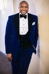 2019 pajarita azul real Royal Blue Velvet Groom Tuxedos Three Pieces One Button Blazer Peak Lapel Traje de boda para hombre a medida (chaqueta + pantalón + chaleco + pajarita pajarita azul real baratos