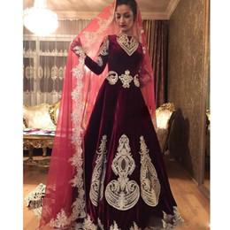 Luxo Borgonha Veludo Muçulmano Vestidos de Casamento Jóia de Pescoço de Manga Longa com Apliques de Ouro de Lantejoulas Talão Abric Vestido de Noiva Sweep Trem de