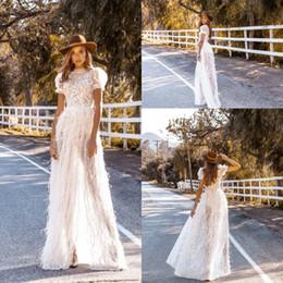 Vestidos de casamento de avestruz on-line-Cristal Design boêmio Vestidos De Noiva 2019 Rendas Apliques de Avestruz Pena de Manga Curta Vestidos de Noiva Personalizado Verão Praia Vestido de Noiva