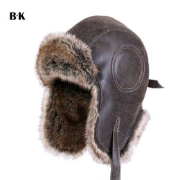Faux Leather Fur Invierno Cálido Felpa Earflap Bomber Sombreros Hombres  Mujeres Sombrero Trapper Ruso Aviator Trooper Snow Caps D19011503 266b8d0c4eab