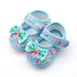 blumen-slip-turnschuhe Rabatt Baby Mädchen Atmungsaktiv Anti-Slip Floral Bogen Schuhe Casual Turnschuhe Kleinkind Weichbesohlte Erste Wanderer 0-18 Mt
