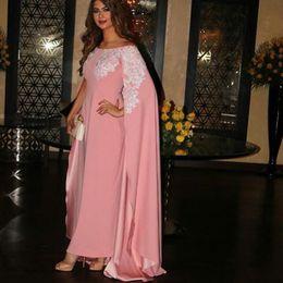 2019 rosa spitzenkapkleid Kaftan Dubai Elegant Rosa Chiffon Applique Muslim Langes Abschlussballkleid mit Umhang Schulterfrei Saudi-Arabien Abendkleider Bodenlang 2019 günstig rosa spitzenkapkleid
