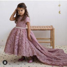 пышные розовые платья девушки цветка Скидка Dusty Pink High Low Платья для девочек с цветочным принтом для свадебных шеек с коротким рукавом Кружевные аппликации Детское театрализованное платье Жемчужный пояс Детское платье для выпускного вечера