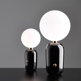 Post-modern Moon Led Night Light Dormitorio Mesita de noche Lámpara de mesa Gold / Black / White Glass Ball Ball Decoración de la mesa Envío gratis desde fabricantes