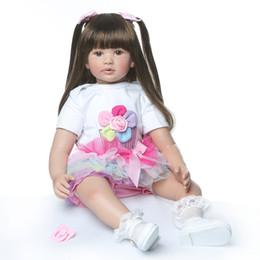 Capelli bianchi bambola online-Commercio all'ingrosso 23-24 pollici 58-60 cm Bebe Reborn Doll Silicone Morbido Ragazzo Ragazza Giocattolo Reborn Baby Doll Regalo per Bambini Capelli Lunghi Vestiti Bianchi