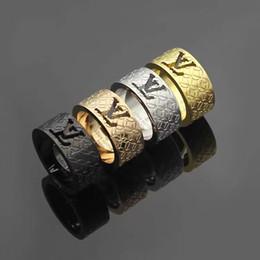Anillos huecos online-anillos de las mujeres de lujo de la joyería del diseñador hueco cartas fuera de plata de acero de titanio anillo de diamantes en oro rosa de 18 quilates anillos de compromiso de oro para las mujeres