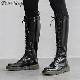 Laços de sapato redondos pretos longos on-line-Buono Scarpe Longo Botas De Couro Das Mulheres Dedo Do Pé Redondo Genuíno Botas De Couro Na Altura Do Joelho Cruz Amarrado Laces Mulheres Sapatos Preto Motocicleta Feminina