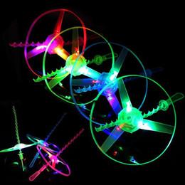 Hubschrauber pull spielzeug online-Erstaunliche Flash Flying Toys LED Pfeil Hubschrauber Spielzeug Neuheit Spielzeug LED Flying Toys Drei Licht emittierende Pull Kinder Weihnachtsgeschenke