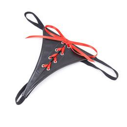 Traje de pajarita roja online-Disfraz pantalón rojo de mujer Ropa interior de cuero en forma de T Parejas de juguete corbatas pantalones pareja coqueteando pasión herramientas sexuales