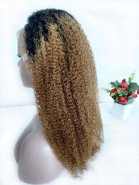 Cabelo loiro ondulado louro ombre on-line-1B / 27 Mel loira Colorido cabelo peruca dianteira do laço Raw indiana Kinky Curly Ombre Humano Perucas Preplucked loiro encaracolado peruca cheia do laço Natural Hairlin