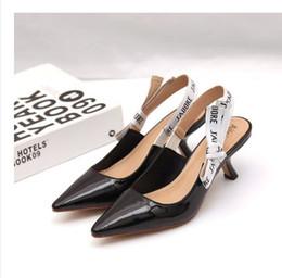 Sandalias de lazo de las mujeres online-2019 Carta Nudo del arco Zapatos de tacón alto Mujeres Runway dedo del pie acentuado Zapatos de tacón bajo Mujer Sandalias de gladiador Señora Diseño de la marca Zapatos planos de malla