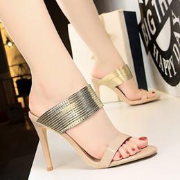 Talons aiguilles rétro en Ligne-talons haut design style européen et américain mode rétro sexy stiletto mince bracelet en métal à bout ouvert mot pantoufles femmes boîte de nuit salut