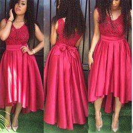 Розовое платье hi lo онлайн-Ярко-розовый Привет-Lo платья выпускного вечера с коротким спереди с длинной спиной глубокий V-образным вырезом с бантом створки кружева лиф платья возвращения на родину