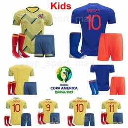 Kolumbien Jugend MURIEL Trikot Socken Set 2019 Copa America Kinder JAMES FALCAO CUADRADO URIBE MINA Gelb Blau Fußball Trikot Trikot Trikots Uniform von Fabrikanten