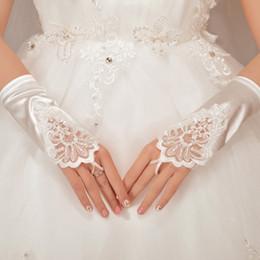 46c53f946378 Promozione Guanti da sposa corti senza dita in raso bianco con perline  ricamati in raso elasticizzato Guanti da sposa per le donne Accessori da  sposa