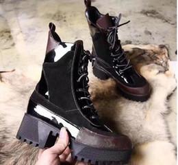 2019 elegantes zapatos de tacón bajo negro Diseñador DESERT BOOT Mujer Botas altas clásicas Botas para mujer Botas de piel de invierno y piel de invierno Botas de señora Suela de goma gruesa Dama 5 cm Tacón grueso