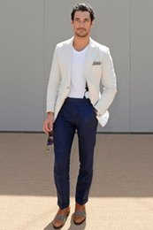 Мужские белые брюки онлайн-Casual linen men's summer beach wedding groom party clothing men's street clothing (ivory white jacket + navy blue pants)