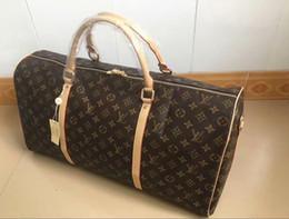 Mãos saco homens couro on-line-2019 homens duffle bag mulheres sacos de viagem bagagem de mão designer de luxo bolsa de viagem homens pu bolsas de couro grande corpo cruz saco totes 55 cm