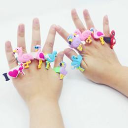 Brinquedos baratos da menina on-line-Crianças Brinquedos Dos Desenhos Animados Flamingo Anéis Meninos Meninas Acessório Do Partido Crianças PVC Silicone Presente de Natal de Jóias Anel de Presente Amigável de Natal Barato