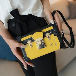 2019 bolsos negros estampado floral New Lady Evening Bag Fashion Black Messenger Bag Design Bolso de cuero Bolso Diseño Mujeres Retro Imprimir Bolsas de hombro bolsos negros estampado floral baratos