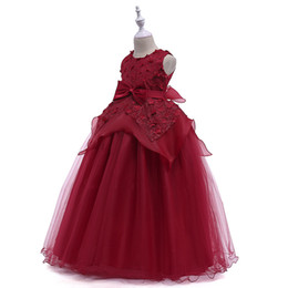 2019 meninas vestidos vermelhos ocidentais Adorável Jewel Neck Appliqued Red Long Party Dresses for Girls Sweep Train Flower Girl Tulle Dresses with Bow and Sash Western Formal Dresses meninas vestidos vermelhos ocidentais barato
