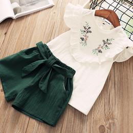 Camicia di fiori ricamati + pantaloncini set camicia in legno orecchio bambola per bambini in due pezzi 2019 primavera e estate nuovo cheap two girl doll da bambola di due bambine fornitori