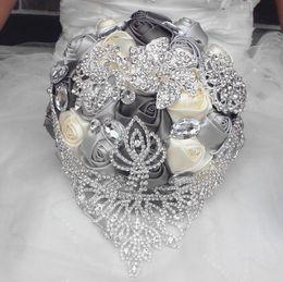 Decorações europeias do casamento on-line-2019 novo estilo europeu buquê de casamento feito à mão lírio artificial branco da dama de honra da noiva acessórios de festa de flores decoração