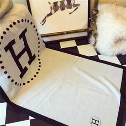 bufandas brillantes Rebajas 2019Super bufanda monoque brillante y caro es un nuevo producto para el otoño / invierno 2019, que está diseñado para la caja de diseñadores femenina