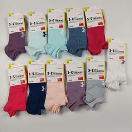 Etiketi Ile 2019 Kadın Ekip Ayak Bileği Çorap Düşük Kesim Kısa Spor Çorap Moda Düşük Çorap Kızlar dekolte Gömlekleri Koşu çorap Terlik nereden