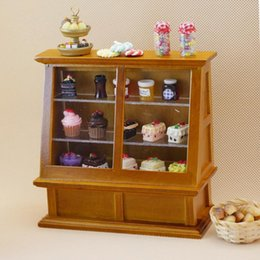 vendita all'ingrosso 1/12 Doll House Miniatures in legno Cupcake Candy Display Mini Cabinet Dolls Cake Counter da