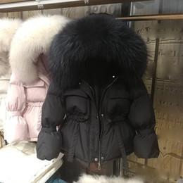 2019 capuz de pele parka preta Jacket Grande Natural Raccoon Fur com capuz Inverno Mulheres White Duck Down casacos sólida e espessa revestimento morno Parkas Lace Up neve