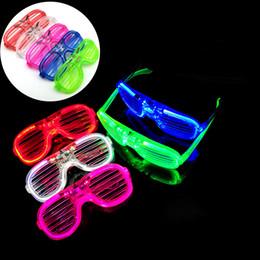 Beleuchtete plastikgläser für parteien online-LED Kaltlicht Kunststoff Brille 5 Farben ktv Party Rave Spielzeug Fluoreszenz Shutter Shades Bar Eyewear Kinderspielzeug 2 Arten LA40