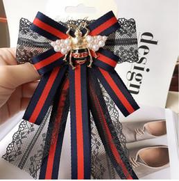 2019 corbata de imitación Abeja creativa raya broche de encaje corbata de lazo perla rhinestone traje collar de la insignia femenina del banquete de boda accesorios de regalo de boda corbata de imitación baratos