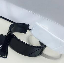 6,5 cm neue klassische europäische schwarz weiß mode acryl rhomboid armband handschmuck armreif zubehör für vip geschenk 2pcs / lot von Fabrikanten