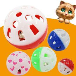 papier spielzeug zug Rabatt Kleine Katze Spielzeug Ball Kunststoff Hohl Glocke Bälle Sphärische Heimtierbedarf Kreative Beliebte Mit Verschiedenen Farben 0 22my J1