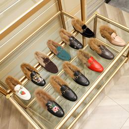 Zapatos de estilo de hombre de damas online-Nuevo diseñador para mujer del Mens mocasines de terciopelo genuino de cuero con pieles horsenbit señoras de los hombres de invierno de lujo zapatos de los planos muchos estilos tamaño EUR34-45