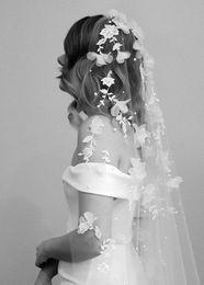 Braut schleier blumen online-Eine Schicht Perle Brautschleier 3D Blume Spitze Applizierte Braut Zubehör 3 Mt Einfache Schleier Für Braut Nach Maß