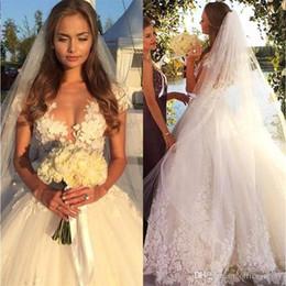 2019 vestidos de noiva de designer árabe Designer de apliques de flor branca de renda vestido de baile vestidos de casamento 2019 princesa mangas curtas vestidos de noiva árabe único vestido longo para o casamento vestidos de noiva de designer árabe barato