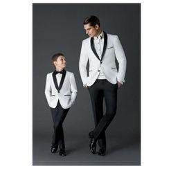 Beyaz Erkek Smokin 2019 çocuk giysi tasarımcısı erkek Bir Düğme Şal Yaka Örgün Düğün Parti Çocuklar için Suit (Ceket + Pantolon + Yay) nereden