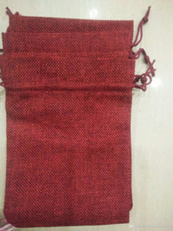 2019 bolsos del favor de borgoña BURGUNDY Bolsa de cordón de lino de la joyería 7x9cm 9x12cm 10x15cm 13X18 CM Titular del favor del banquete de boda Bolsa de embalaje de regalo de algodón bolsos del favor de borgoña baratos