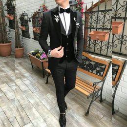 Oficina pantalones morados online-Slim Fit Purple Novio Esmoquin de boda Negro de solapa pico trajes para hombre Un botón Mejor hombre Oficina de la chaqueta formal de la boda (chaqueta + chaleco + pantalones)
