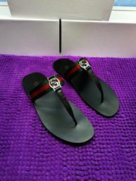 Mulheres quentes correias de couro on-line-Venda quente de couro tanga sandália mulheres de luxo desinger chinelos moda fina preto flip flops marca shoes preto branco marrom vermelho bege prata