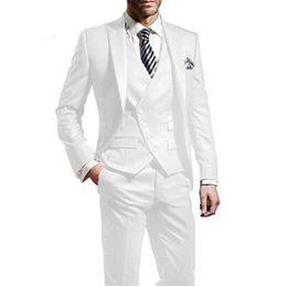 Pantaloni lucidi bianchi online-Smoking smoking bianco lucido picco bavero slim fit smoking smoking da sposa uomini giacca da festa partito giacca 3 pezzi (giacca + pantaloni + cravatta + maglia) 82