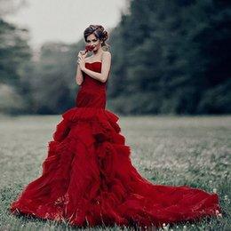 vestidos vermelho carmesim Desconto MERMAIDOS VESTIDOS DE CASAMENTO VINHO VERMELHO STRAPLESS SWEETHEART RUFFLES CAPELA TREM VESTIDOS DE NOIVA CHIC CRIMSON TULLE FLANGULADO VESTIDO DE CASAMENTO EXTERIOR