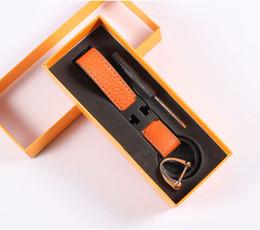 Moda llavero diseñador unisex llavero cuero real con llavero llavero de acero inoxidable en blanco Plata con negro desde fabricantes