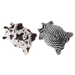 Alfombras de color beige online-110 * 75 cm 3D Impreso Alfombra de Terciopelo Alfombras de cuero de imitación de piel de Vaca Pieles de animales Forma Natural Alfombras Decoración Esteras