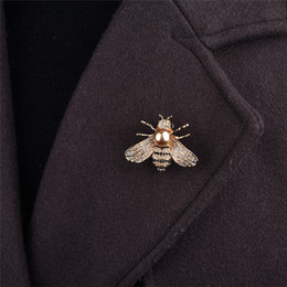 anzug korsagen Rabatt Mode neuen Stil Bohrbrosche, hochwertige Anzugs Corsage mit Bekleidungszubehör Little Beebrooch